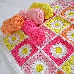 Color 'n Cream: Daisy Travel Blanket - beautiful spring colors! #crochet #grannyblanket