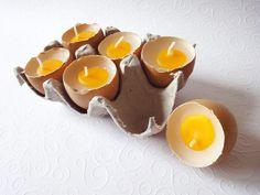 Hier kaufst du eine Eierpackung mit 6 echten Eierschalen und jeweils einer Eier-Kerze drin.  Ob einzeln als Deko irgendwo verbastelt z.B. im Ostert...