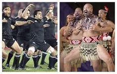 La Haka (Nueva Zelanda) se usa el término en general para toda danza maorí, pero se refiere en concreto a la que se realiza como danza de guerra tribal, sirve para intimidar al rival, pero también se usa como bienvenida. Es famosa en la actualidad por la realización de esta danza antes de los partidos de su selección nacional(varios deportes). https://www.youtube.com/watch?v=83GpTllfpkU https://www.youtube.com/watch?v=BI851yJUQQw