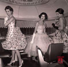 1959 - Alcune indossatrici dei modelli Carosa in posa sul Settebello, in un trionfo di taffetas, seta, tulle e chiffon.