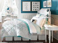 gesteppte Bettdecke Rattankörbe in Weiß Holz Nachtisch blaugrüne Wandfarbe
