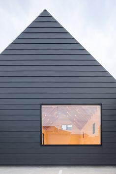 Eksempel liggende kledning som kan utføres i Norsal plate // Sanjo Hokusei Community Center by Yasunari Tsukada Design Zinc Cladding, Cladding Design, Exterior Cladding, Facade Design, Black House Exterior, Interior And Exterior, Exterior Windows, Architecture Details, Interior Architecture