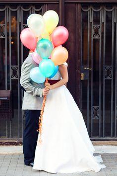 Sesión post boda de Alma & Curro entre globos y cupcake {Foto, En Route Photography} #trashthedress #lovesession #madeinspain