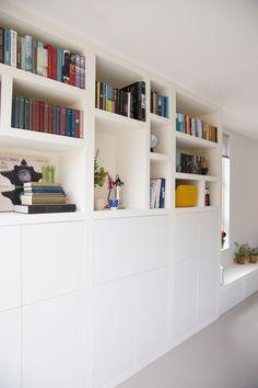 Open en gesloten kast. Zou wel houten planken toevoegen Home Library Design, Home Office Design, Home Interior, Modern Interior, Interior Design, Living Room Storage, Home Living Room, Room Inspiration, Interior Inspiration