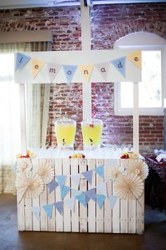 Lemonade Stand.. this would be cute for spring mini sessions