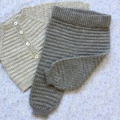 babyhosen Let Og Lun Bukser Str. Baby Cardigan, Knit Baby Pants, Baby Pullover, Knitted Baby Clothes, Baby Leggings, Crochet Clothes, Knitting For Kids, Baby Knitting Patterns, Baby Patterns