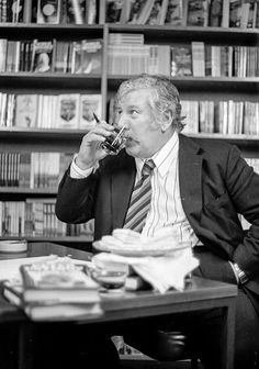 Peter Ustinov signing session, John Smiths bookshop, 57 St Vincent Street Peter Ustinov, John Smith, Glasgow, Will Smith, Abraham Lincoln, 1970s, Author, Street, Writers