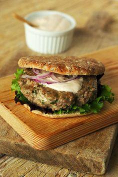 Hambúrguer com queijo e molho picante de iogurte grego