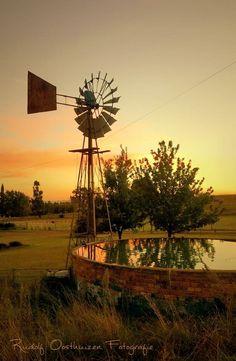 """""""Vriendskap is nie oor wie jy die langste ken nie. Dis oor wie in jou lewe ingeloop en gesê het, """"Ek is hier vir jou"""" en dit bewys het"""" - Anoniem Country Farm, Country Life, Country Roads, Farm Windmill, Cool Pictures, Beautiful Pictures, Old Windmills, Country Scenes, All Nature"""