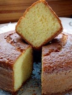 Receita de Bolo de Laranja Diferente. O bolo de laranja diferente surpreende pela praticidade e sabor. Próprio para aqueles dias em que você quer um bolo simples, rápido e nutritivo para seu lanche. Experimente!