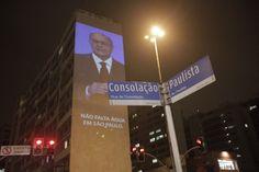 Quem passou pela esquina da avenida Paulista com a rua da Consolação nesta quarta-feira, 1º de abril, presenciou uma  mega projeção do governador de São Paulo, Geraldo Alckmin, garantindo que o abastecimento de água em todo o Estado. As afirmações foram feitas na época de sua campanha eleitoral.