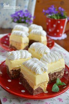 Anyák napjára készült krémes sütemény. Reggel 8 órakor elkezdtem, és 10-re készen is voltam vele, úgyhogy, legyen bármilyen alkalom, alig két óra alatt egy ilyen krémes süteményt tudunk készíteni a sz Cold Desserts, Delicious Desserts, Sweet Recipes, Cake Recipes, Different Cakes, Sweet Cookies, Cake Bars, Hungarian Recipes, Pastry Cake