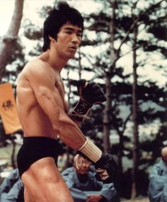 Get a Bruce Lee Body! Study Bruce Lee power & muscle definition exercise routines for Bruce Lee body strength. Bruce Lee Body, Bruce Lee Art, Bruce Lee Martial Arts, Bruce Lee Quotes, Mixed Martial Arts, Brandon Lee, Kung Fu, Eminem, Mma