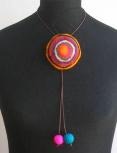 AMALANA FELT FIELTRO ARTESANAL: NUEVOS COLLARES DE FIELTRO Felt Necklace, Fabric Necklace, Crochet Necklace, Textile Jewelry, Fabric Jewelry, Polymer Clay Crafts, Felt Crafts, Jewelry Crafts, Jewelry Art
