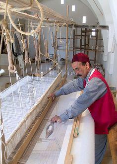 Le tisserand à l'œuvre sur le métier à tisser. A Djerba, ce sont principalement les hommes qui exercent ce métier.