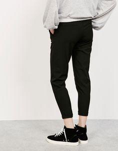 Calças tailoring jogger pinças. Descubra esta e muitas outras roupas na Bershka com novos artigos cada semana