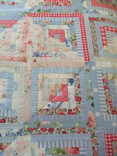 Pretty blues, pinks and reds make up this cute log cabin quilt - Mias Landliv: The scrap quilt