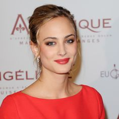 Nora Arnezeder pour l'avant-première d'Angelique à Paris le 16 décembre 2013