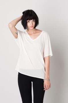 Pickwick & Weller: The Sanders Short Sleeve V-Neck Dolman Tee. Luxury basics and t-shirts for Modern Workwear. Bob With Bangs, Straight Bangs, Haircuts With Bangs, Trending Haircuts, Tomboy Fashion, Woman Face, Bob Hairstyles, Female Bodies, Hair Inspiration