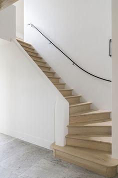Renovatie met natuurlijke materialen - Portfolio - Expro - Interieurarchitect Josfien Maes Building Stairs, Building A New Home, Metal Railings, Stair Railing, Wood Stairs, House Stairs, Wooden Staircases, Stairways, Interior Stairs