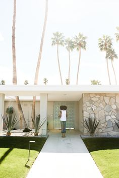 Palm Springs Door Tour: The Best Colorful Houses to Visit — Local Wanderer Palm Springs Houses, Palm Springs Style, Beach Houses, Palm Springs Mid Century Modern, Mid Century Exterior, Spring Door, Facade House, House Exteriors, Mid Century House