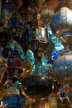 Lampen in de souks Moroccan Design, Moroccan Decor, Moroccan Style, Candle Lanterns, Floor Lanterns, Lantern Diy, Lantern Lighting, Paper Lanterns, Marrakech