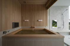 木の風合いが落ち着く浴室