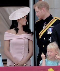 June 2018 ~ TRH The Duke and Duchess of Sussex are pictured at the Trooping The Colour parade, HM Queen Elizabeth II's official birthday. Prince Harry Of Wales, Prince Harry And Megan, Harry And Meghan, Princess Diana Family, Princess Meghan, Prince And Princess, Prinz Harry, Meghan Markle Style, Royal Weddings