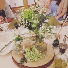 高砂 ゲストテーブル装花 ・ ・ ・ 正直具体的な装花のイメージをせずに臨んだ打ち合わせ。 白と、黄色と緑のお花で、切株使って元気なかんじ(?)にしてください!という超曖昧なリクエストに応えてくださった結果、かわいいテーブル装花になりました。 ・ ・ ・ #卒花#2017春婚 #ナチュラルウェディング #ゲストテーブル装花 #高砂#三橋の森ラクラリエール