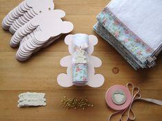 Lembrancinha super bacana para Maternidade: Toalhinha na embalagem de Urso PARA MONTAGEM!!! Valor: R$ 12,50 referente a cada unidade, sendo: - Toalha (R$ 6,90 promocional) - Placa (R$ 5,60) - Tags personalizados, fitas e alfinetinhos: GRÁTIS ------------- Versão disponível para pedidos a...