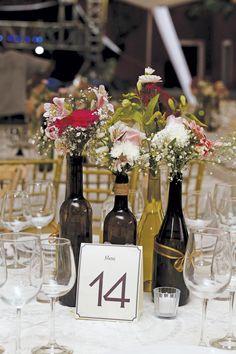 ¡Si tienes muchas botellas de vino utilizalas como floreros! Puedes agregarles un listón o alguna cuerda decorativa, es muy fácil y luce muy bello. #Diy #Wedding