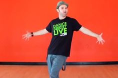 Базовые танцевальные движения Бенджамина Аллена https://mensby.com/sport/dance/3781-basic-dance-moves  Не умеешь или боишься танцевать? Пора оторваться от барной стойки и окунуться в замечательный мир танца! Как танцевать в клубе, на вечеринке или свадьбе?