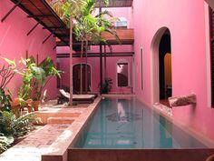 Descubrimiento de piscina 167: La piscina del Hotel Rosas&Xocolate en Mérida, México. #pool #pools #piscina #swimmingpool #outdoorpool #piscinaexterior #hotelpool #piscinadehotel #architecture #deco