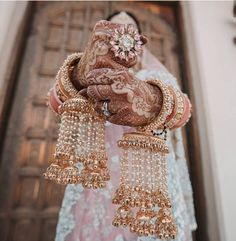 Check 7 latest & best floral kalire designs for wedding. These bridal kaleere designs such as faux flowers, white rose, mixed flowers, coconut style etc look so beautiful in a bride's hand. Indian Bridal Fashion, Indian Wedding Jewelry, Indian Jewelry, Indian Weddings, Real Weddings, Punjabi Wedding, Desi Wedding, Punjabi Bride, Punjabi Chura