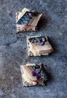 Crackers pomme de terre, miso & maquereau Stylisme : Coralie Ferreira  Photographie : Virginie Garnier  Tradi-Trendy - Hachette 2014