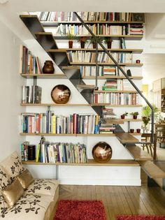 etagere bibliotheque murale, escalier en bois et métal, boules décoratives