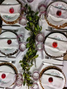 Cena Familiar Navideña, vista panorámica de la mesa grande. (Mantelería y Vajilla propias, Cristalería de Zara Home, Cubertería de IKEA, Papelería del equipo Happy, Decoración Floral del jardín del equipo Happy)                                                                                                                                                      Más