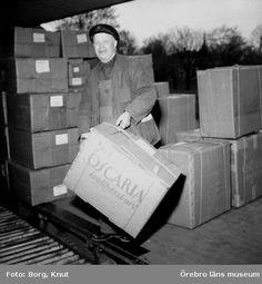 En man lastar lådor från Oscaria Skofabrik, 1957. Foto: Knut Borg