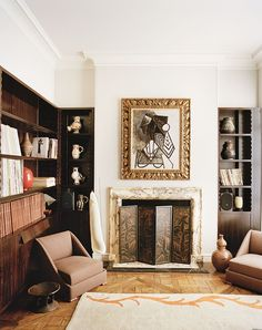 The library area of this New York apartment, foot-to-earth Terry de Gunzburg, decorated with the help of Jacques Grange hosts a fireplace decorated with an engraved firewall Alexandre Noll. Above the table Female bust of Picasso.