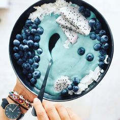 What is spirulina? Learn everything you need to know in this article, including spirulina benefits and what makes this superfood so super. Smoothie Bol, Power Smoothie, Aesthetic Food, Healthy Smoothies, Vegetarian Smoothies, Vegan Vegetarian, Superfood, Love Food, Cookies Et Biscuits
