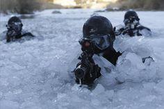 #Soldati mirano le loro #mitragliatrici in un fiume ghiacciato durante un'esercitazione inverno a #Pyeongchang