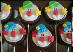 Pirulitos banhados com chocolate e modelados com pasta americana . Cake Pops, Kid Cupcakes, Cupcake Cookies, Cake Decorating Tips, Cookie Decorating, Clown Cake, Oreo, Circus Cakes, Cupcakes Decorados