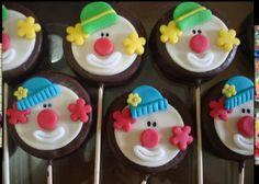 Pirulitos banhados com chocolate e modelados com pasta americana .
