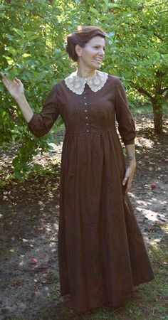 I love everything about this calico dress and lace collar, but after checking the price, I would certainly sew it myself : ) --Previous Pinner I agree! Modest Dresses, Modest Outfits, Modest Fashion, Fashion Dresses, Gq Fashion, Modest Clothing, Edwardian Dress, Edwardian Fashion, Vintage Fashion