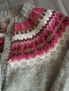 """Favoritkofta"", a Color Variation of DROPS' ""Bergen"" Sweater < Free pattern / rav Fair Isle Knitting Patterns, Knitting Stitches, Knit Patterns, Free Knitting, Baby Knitting, Icelandic Sweaters, Textiles, Mantel, Knitwear"