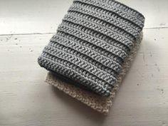 Jeg har fundet mit favorit mønster til mine karklude. Det er så enkelt som stangmasker hæklet i rib ( Bagerste maskeled). Ikke noget fancy mønster og teknik, men den er sååå lækker <3 Det er hurtigt hæklet, og giver en dejlig vamset og elastisk klud Du finder en forklaring i de forskellige maskeled her Den er hæklet i enkelt bomuldsgarn 8/4 på nå nr. 2,5 Der er brugt ca. 50 g. pr klud Mål 28×28 cm Slå 67 luftmasker op Hækl 1 stangmaske i 3. lm fra nålen. Hækl derefter stangmasker rækken ...