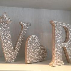 Kit letras decoradas com pérolas e laço + coração perolado. Acabamento lateral com fita rendada. Ideal para decorar mesas de noivado, chá de panela, casamento ou quarto! Altura das letras: 18cm. Fundo com pintura cor champagne.