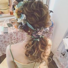 64 ideas for flowers wedding hair curls Curled Wedding Hair, Wedding Hair Flowers, Flowers In Hair, Bride Hairstyles, Curled Hairstyles, Curly Hair Problems, Bridal Hairdo, Hair Arrange, Wedding Hair Inspiration