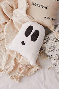 Trick Or Treat Yourself To These Adorable Halloween Throw Pillows & süßes oder saures zu diesen entzückenden halloween-wurfs-kissen & & trick ou offrez-vous ces adorables coussins d'halloween & truco o regálate estas adorables almohadas de halloween Halloween Bedroom, Halloween Pillows, Cute Pillows, Throw Pillows, Owl Pillows, Burlap Pillows, Floor Pillows, Decorative Pillows, Urban Outfitters