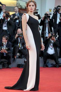 La actriz Kasia Smutniak asiste a la ceremonia de entrega de premios y la première de 'L'Homme Qui Rit' en Venecia